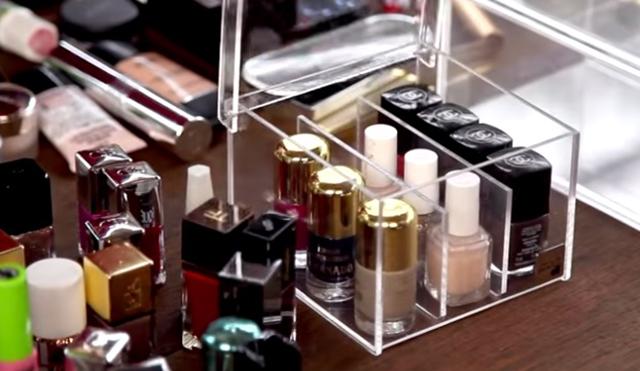 Organizando a maquiagem...