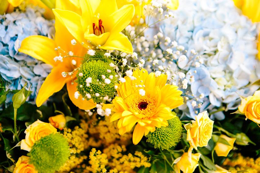 Decoração alegre em tons de amarelo para um casamento de dia