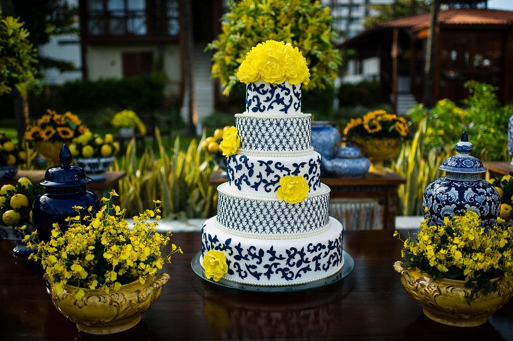 Casamento na praia com decoração em azul e amarelo