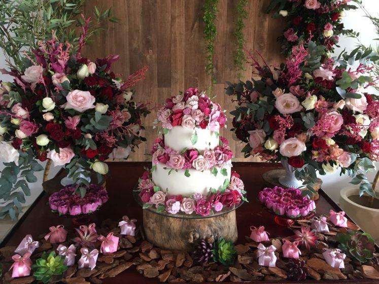 Decoração linda para celebrar o casamento civil em casa