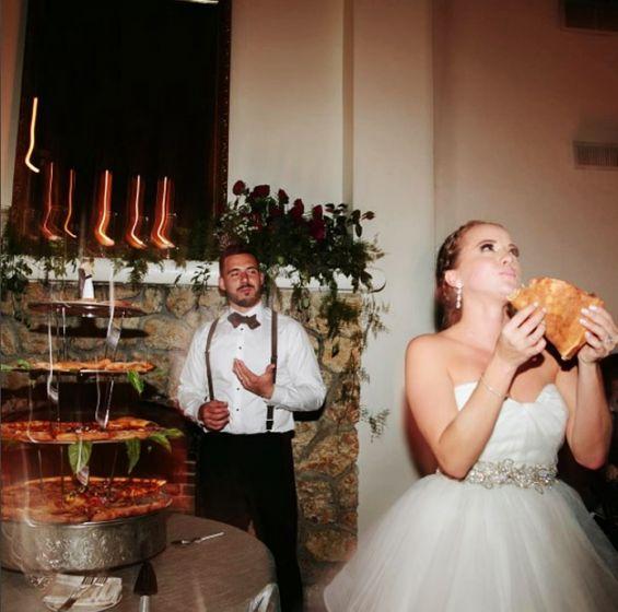 Noivos trocam bolo do casamento por pizza