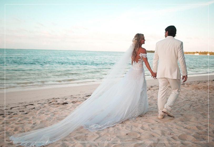 Noivo com terno branco para casamento ao ar livre