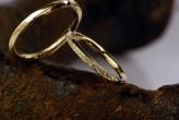Qual a diferença entre aliança de compromisso, noivado e casamento?